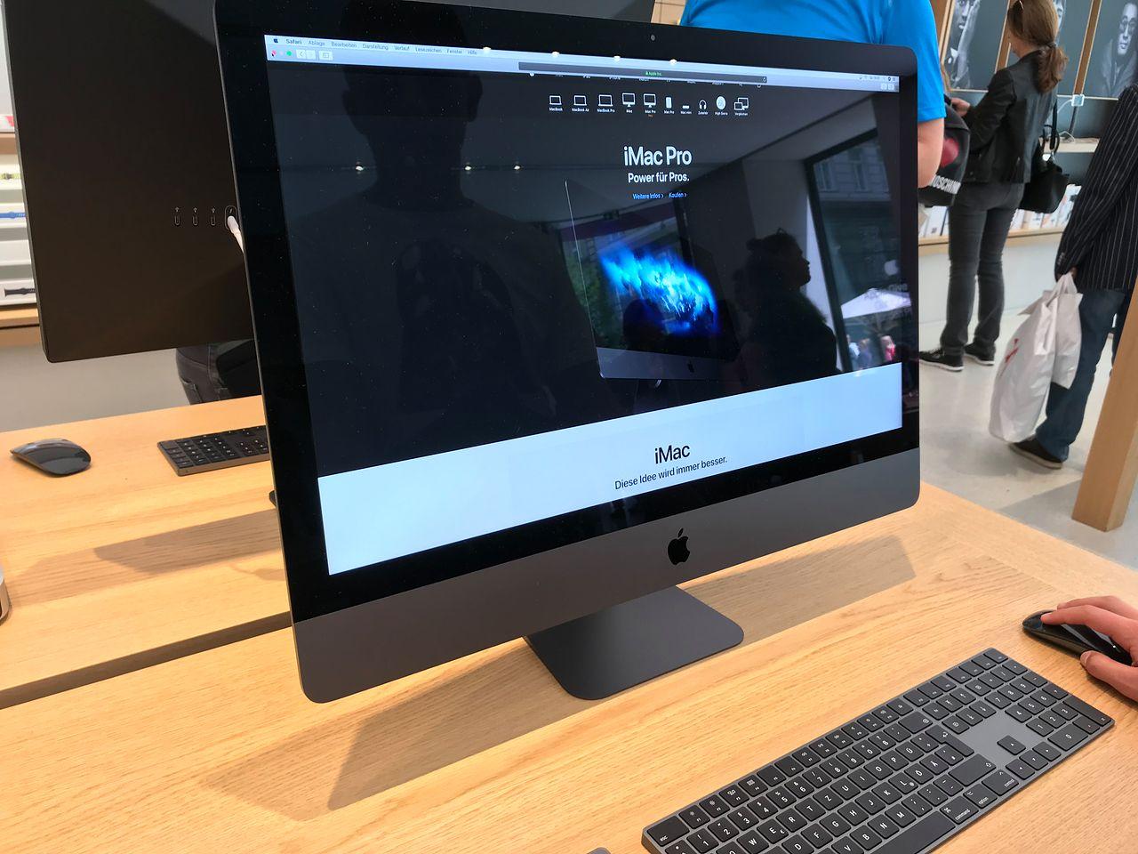 W wiedeńskim Apple Store - iMac Pro na charakterystycznym dla sklepów firmowych Apple stole.