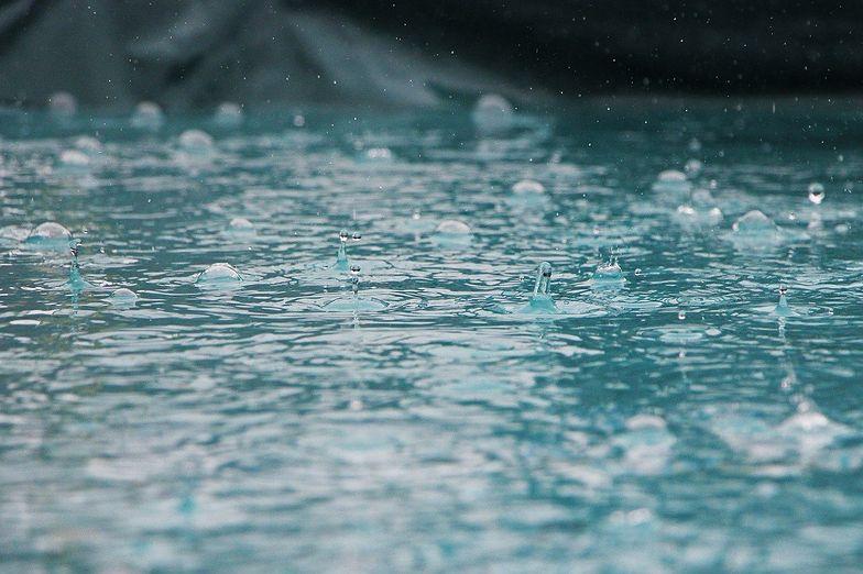 Burze z gradem i ulewy. IMGW ostrzega. Gdzie jest burza?