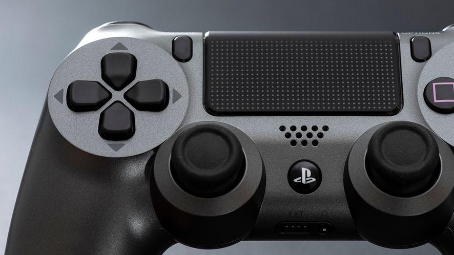 """Tak wygląda DualShock 4 od PS4. Pad """"piątki"""" ma ewoluować, fot. Shutterstock.com"""
