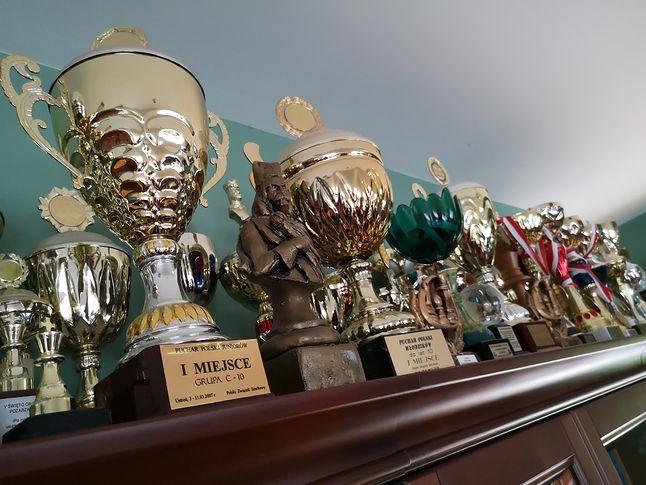 Puchary Jana-Krzysztofa Dudy trudno zliczyć. Na zdjęciu widać i tak tylko ich niewielką część.