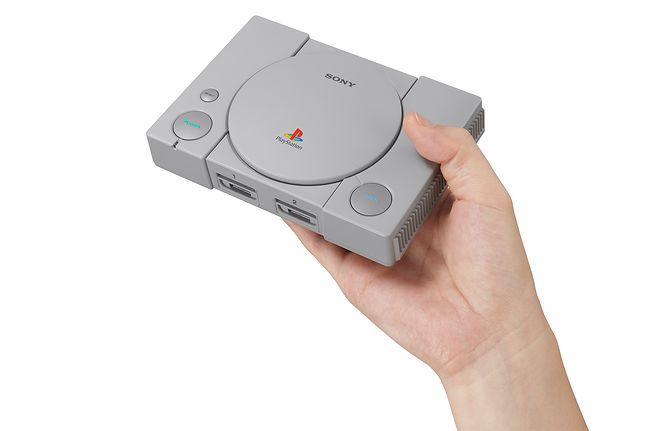 PlayStation Classic będzie o około 45 procent mniejsza od oryginalnej konsoli, źródło: PlayStation Blog.