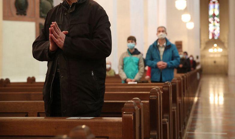 W kościele przyglądają ci się i zapisują coś na kartkach? Oto powód