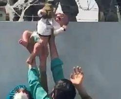 """Poruszające nagranie obiegło świat. Żołnierze uspokajają: """"Jest już z mamą"""""""
