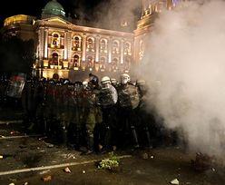 Koronawirus w Serbii. Brutalne starcia wokół budynku parlamentu