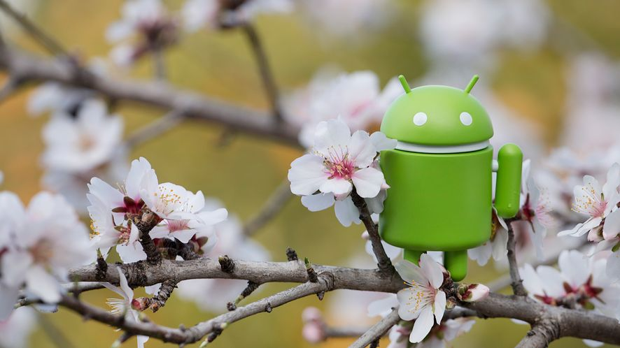 Figurka Androida na gałęzi drzewa migdałowego z depositphotos