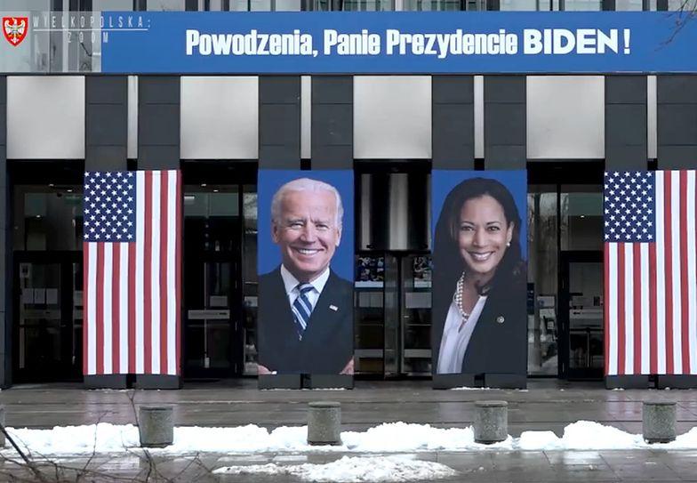 Baner z Bidenem na budynku urzędu w Poznaniu. Koszt? 10 tys. zł