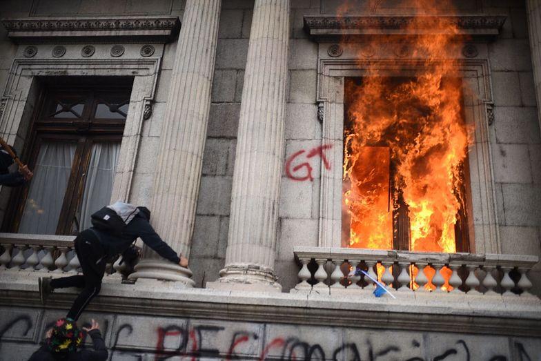Protesty wymknęły się spod kontroli. Podpalili budynek parlamentu