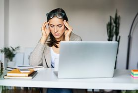 Bóle głowy w chorobach oczu – przyczyny i charakterystyka