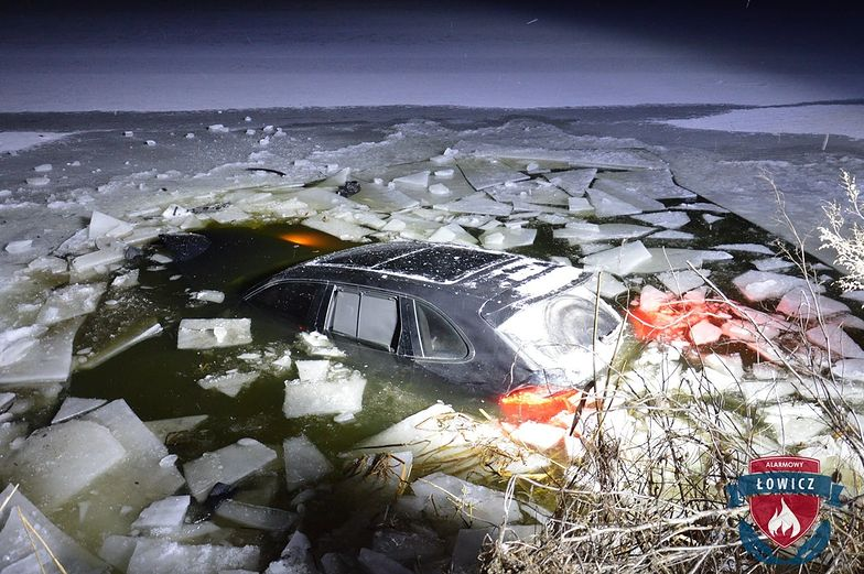 Wjechał Porsche na zamarznięty staw. Lód nie wytrzymał