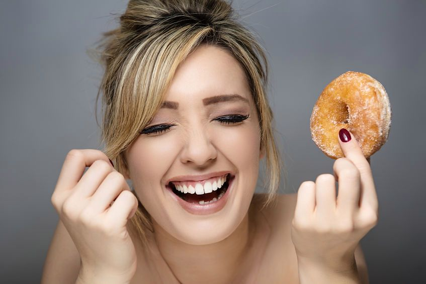 Kobieta z donutem w dłoni