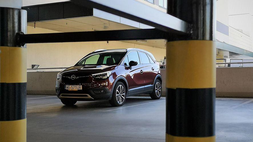 Opel Crossland X to typowy mieszczuch i właśnie w takich warunkach świetnie spisuje się kamera 180 stopni