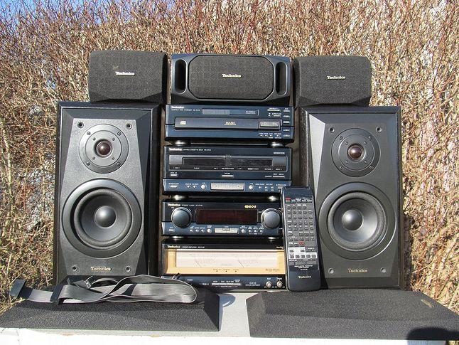 """Technics CA10. Zmieniarka na 5CD, system Dolby Pro Logic z dodatkowymi satelitami oraz piękne, podświetlane """"wycieraczki"""" przedwzmacniacza."""