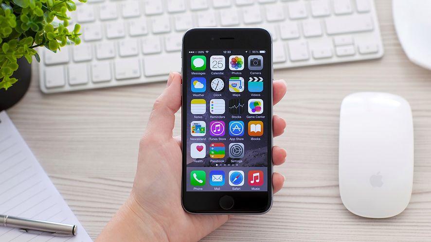 iPhone 6 na tle biurka z akcesoriami z depositphotos