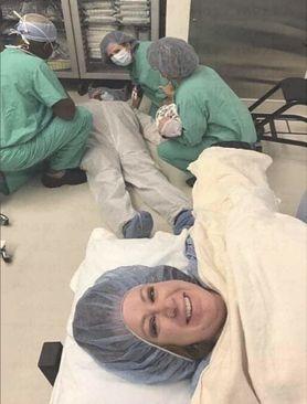 Mężczyzna zemdlał podczas porodu. Zdjęcie hitem w sieci