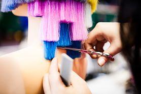 Dekoloryzacja w salonie fryzjerskim i w domu – na czym polega?