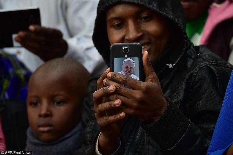 Wierni witają papieża w Ugandzie