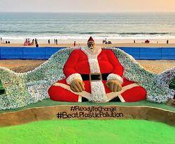 Ogromny św. Mikołaj z piasku i plastiku. Robi wrażenie