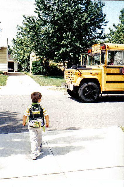 Mały chłopczyk idzie do szkoły