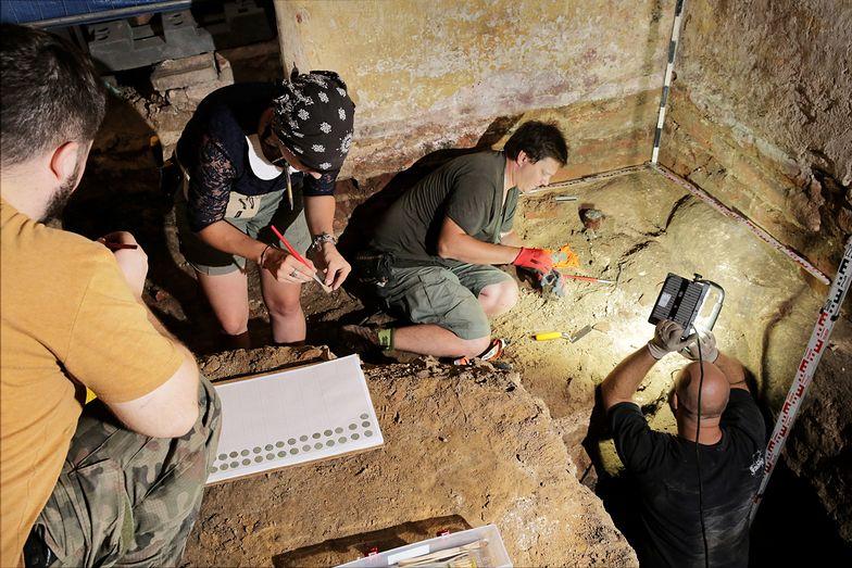 Skarb ukryto pod ziemią w narożniku świątyni