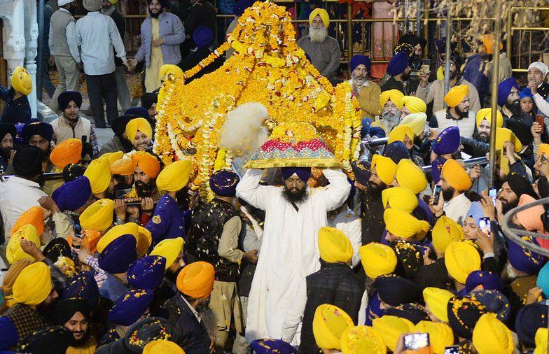 """Sikhijskie święto Hola Mohalla, w którym brał udział """"super roznosiciel"""""""