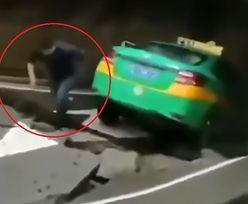 Samochód połknęła ziemia. Taksówkarz z Chin uciekał w popłochu