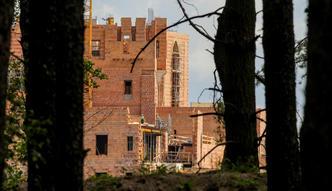 Zamek w Puszczy Noteckiej. W tle tajemnicza fundacja