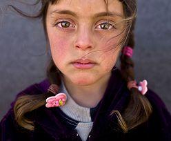 """5-letnia Zahra i jej przejmujące spojrzenie na zdjęciu roku. """"Te oczy patrzą na pana, panie Kaczyński"""""""