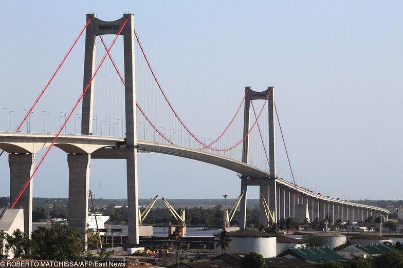 Najdłuższy most wiszący w Afryce otwarty. Chińczycy kupili sobie Mozambik