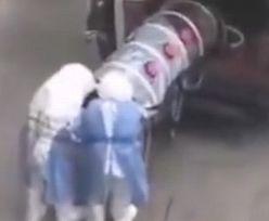 Przejmujące wideo z Chin. Ofiara koronawirusa w szczelnie zamkniętej tubie