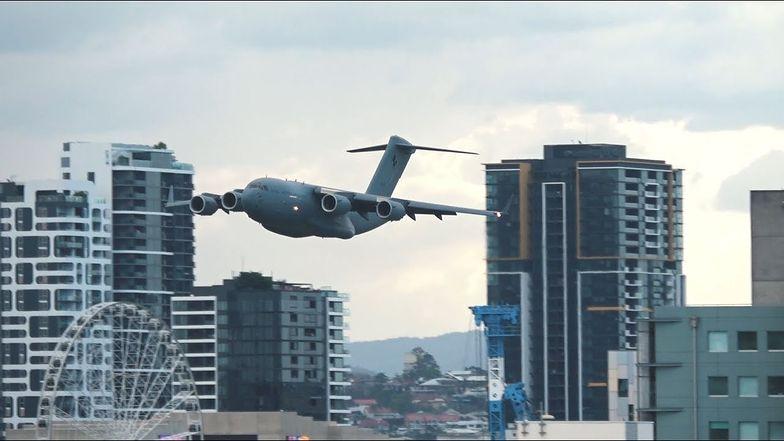 Przerażeni Australijczycy. Nagle za oknami zobaczyli gigantycznego Boeinga
