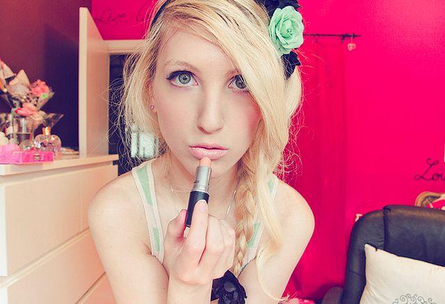 Dobrze dobrana szminka - makijaż blondynki