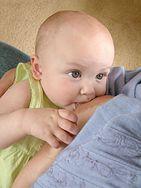 Dziecko karmione mlekiem matki