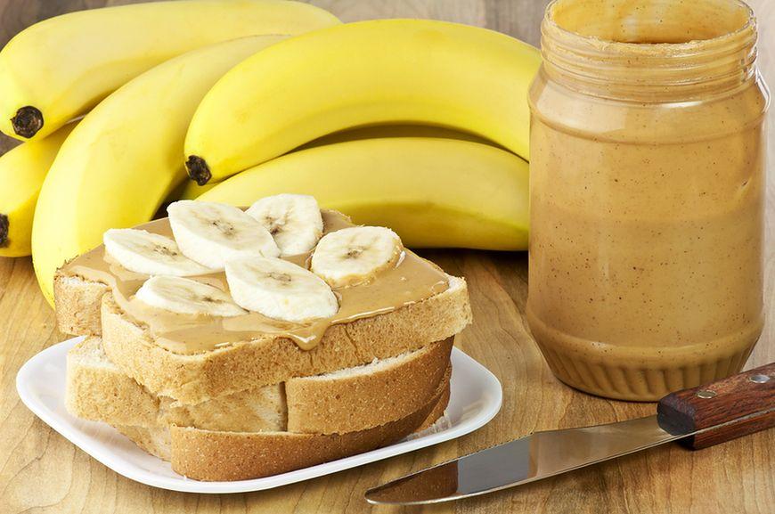 Kanapka z masłem orzechowym i plasterkami banana
