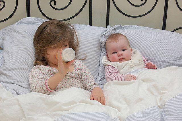 Dzieci w łóżku rodziców