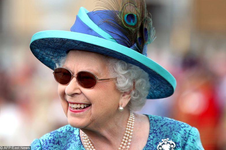 Królowa Elżbieta w okularach przeciwsłonecznych, po operacji zaćmy