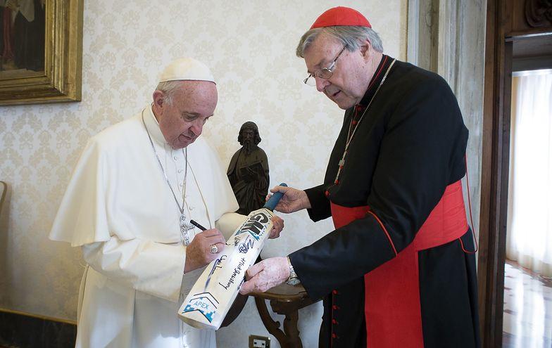 Papież Franciszek i kardynał George Pell w 2015 r.