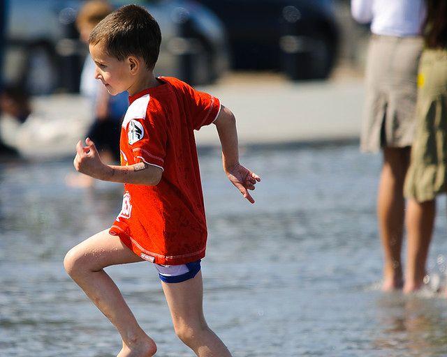 Biegający chłopiec