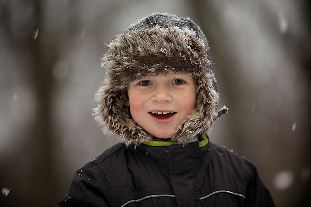 Chłopiec bawiący się na śniegu