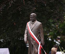 """Szczecin. Koszulka """"Konstytucja"""" na pomniku Lecha Kaczyńskiego. Jest decyzja sądu"""