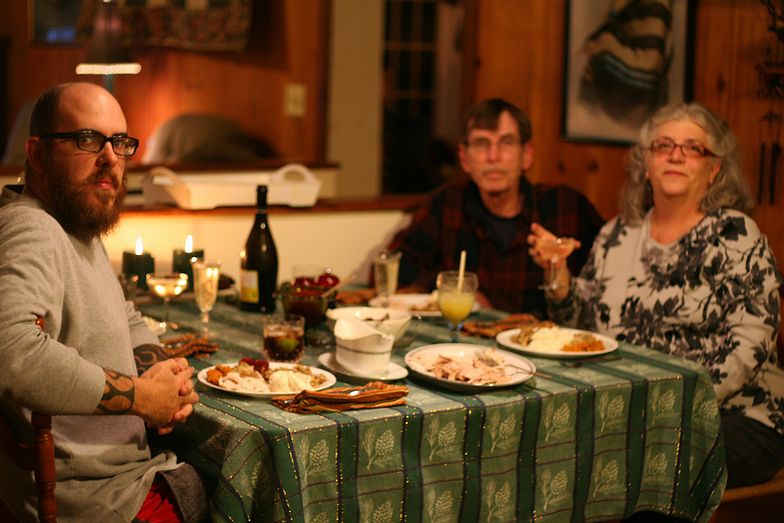 Wizyta świątecznych gości przedłuża się? Porozmawiajcie o polityce