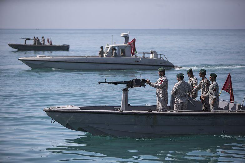 Irańskie łodzie motorowe w Zatoce Perskiej