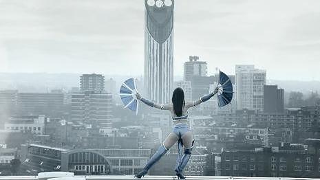 Śliczna Kitana reklamuje przenośne Mortal Kombat