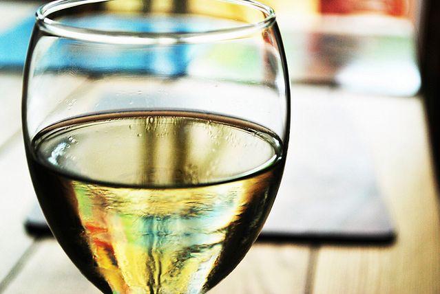Nocne podjadanie - mały kieliszek wina