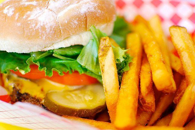 Hamburger z dodatkami vs kanapka z indykiem
