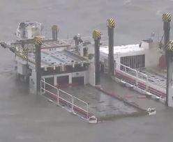 Lotnisko zalane po przejściu tajfunu. Wystaje tylko kilka budynków