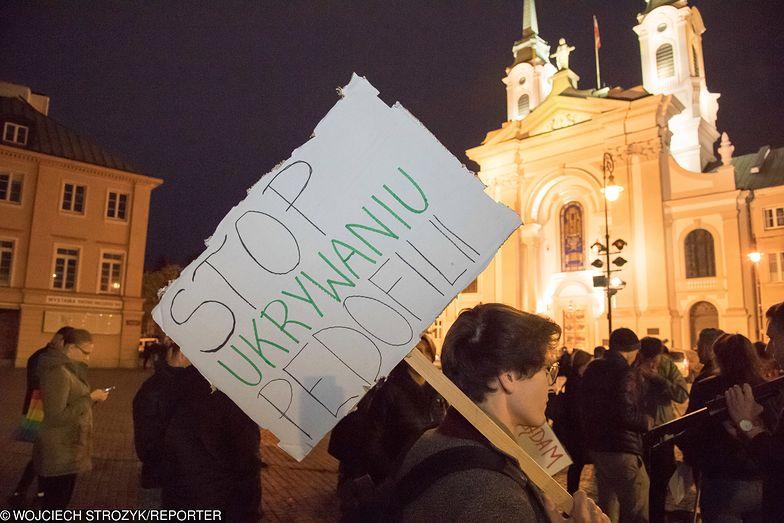 """Warszawa, nieudana próba publicznego pokazu filmu Tomasza Sekielskiego """"Tylko nie mów nikomu""""."""