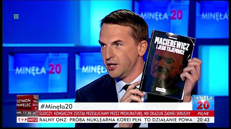Adam Szłapka z Nowoczesnej z książką Tomasza Piątka w TVP Info