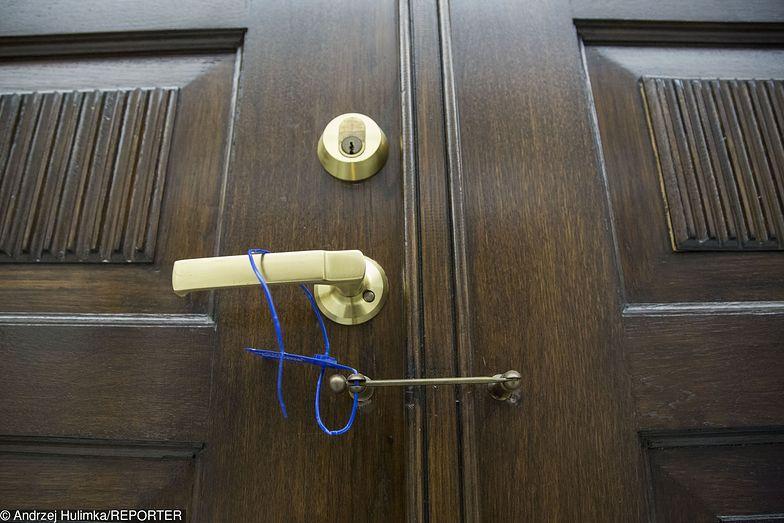 Plomby na drzwiach klubu Nowoczesnej.