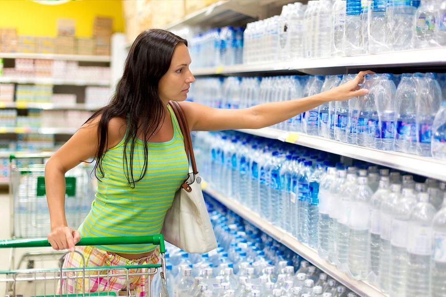 Noszenie zgrzewki wody