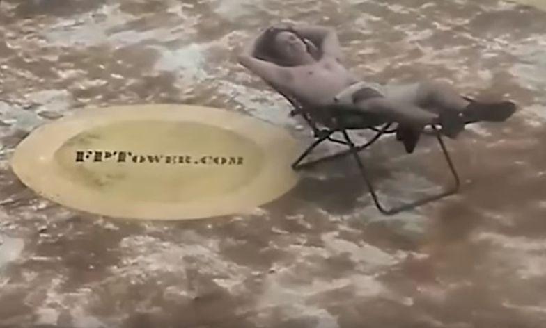 Ludzie uciekają w popłochu, a on się opala. To zdjęcie obiegło świat